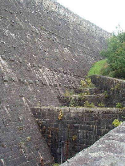 Historische Steinmauer der Schwarzenbachtalsperre