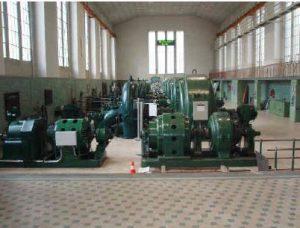 Ansicht der sieben Turbinen im Kraftwerk