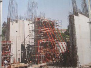 Bild 6: Baustellenbeispiel Schalungssystem mit Betonierbühne