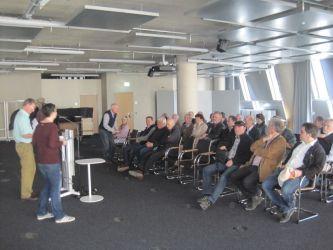 Bild 06: Die Besuchergruppe beim Einführungsvortrag