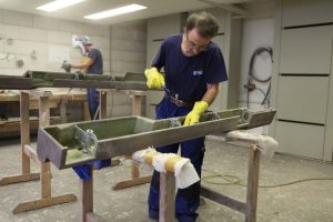 Bild 7: Herstellung von GFK-Formteilen