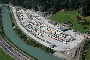 Bild 01: Luftbild des Zentrums mit vollbesetzten Warteplätzen