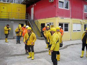 Bild 17: Ausgestattet mit Rettungsgerät ging es in den Tunnel