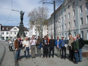 Bild 4: Ein Teil der Exkursionsgruppe vor dem Siegesdenkmal am neuen Standort