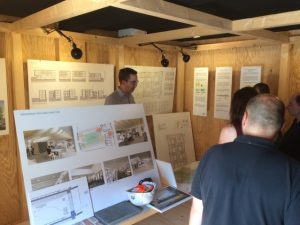 Projektleiter Rößler erläutert im Infocontainer das Bauvorhaben