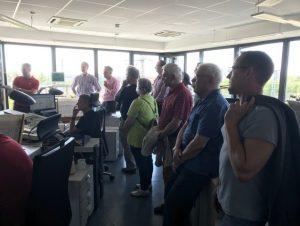 VSVI-Besucher vor dem Schaltplan des Stellwerks