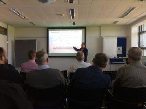 Herr Pfetzing, Kommunkiationsreferent, erläutert die Hintergründe zur Flugsicherung