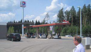 Bild 3: LBD Gerald Schmidt nimmt die fast fertige Tankstelle in Augenschein