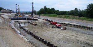 Bild 2: Baugrube des Waldsiedlungstunnels mit beidseitiger Spundwand