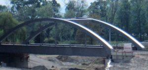 Bild 7: Bahnbrücke aus Stahl über die B 31 neu