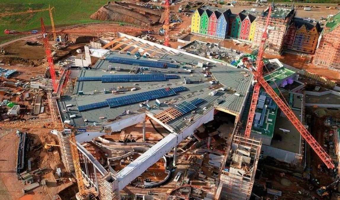 Bild 7: Dachkonstruktion des Wasserparks und im Hintergrund das Hotel Kronasar