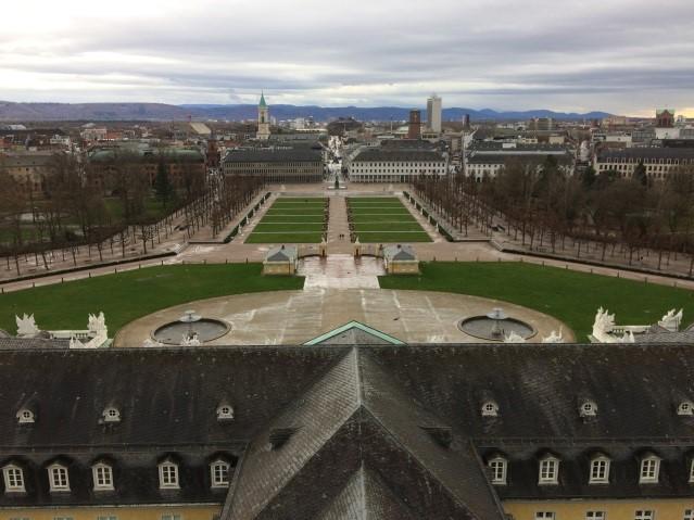 Blick vom Schlossturm auf die Fächerstadt und die Höhen des Nordschwarzwaldes